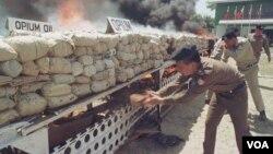 Petugas keamanan memusnahkan enam ton candu, dan obat terlarang lainnya di Burma. Meski ditindak tegas, produksi opium dilaporkan meningkat di Burma (foto: dok).