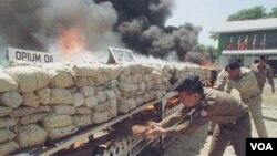 Petugas keamanan memusnahkan enam ton candu, heroin dan obat terlarang lainnya di Rangoon, Burma (foto:dok).