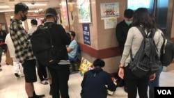 市民在伊麗莎伯醫院深切治療部外貼祝福紙貼(海彥拍攝)