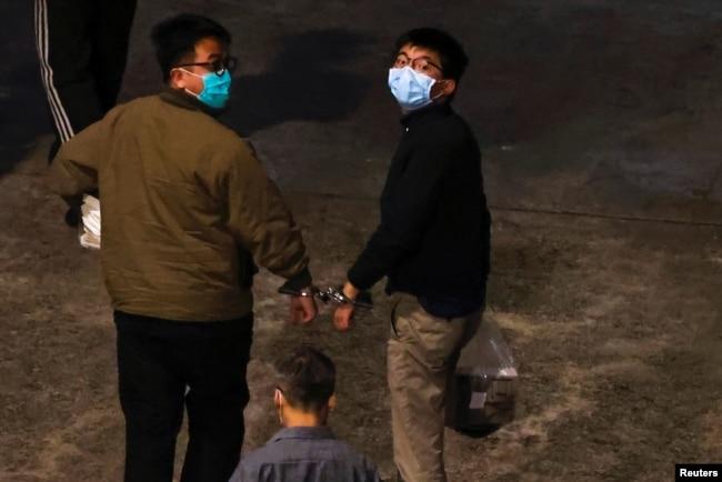 前香港众志秘书长黄之锋和主席林朗彦被判入狱后抵达荔枝角收押所。(2020年12月2日)