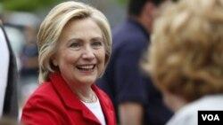ທ່ານນາງ Hillary Clinton ຜູ້ສະມັກແຂ່ງຂັນ ເປັນ ປະທານາທິ ບໍດີ ສະຫະລັດ ກຳລັງທັກທາຍກັບ ຜູ້ສະໜັບສະໜູນ.