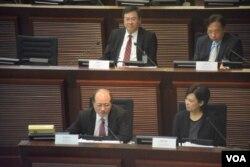 香港教育局局長吳克儉(前排左一)表示,教育局最新製作的基本法視像教材套引導學生多角度思考。(美國之音湯惠芸)