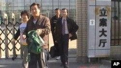 赵连海律师李方平(系领带)等人走出大兴法院