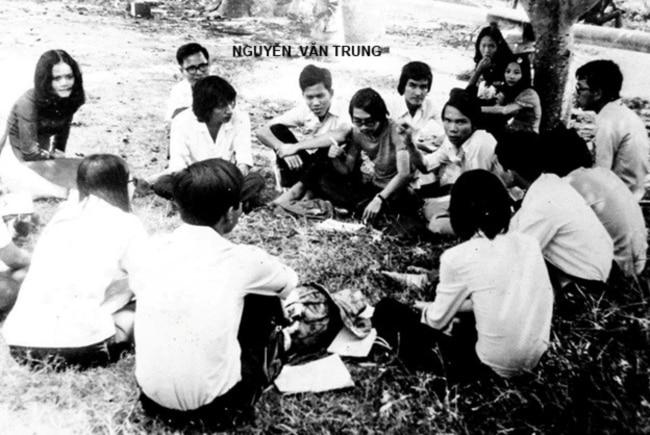 """GS Nguyễn Văn Trung rất gần gũi với sinh hoạt sinh viên, ngoài những giờ học trong giảng đường Đại Học Văn Khoa Sài Gòn, mấy thầy trò còn tổ chức những buổi hội thảo """"bỏ túi"""" qua các chuyến đi dã ngoại ngoài trời, khi thì rừng cao su gần Đường Sơn Quán, khi thì khuôn viên La San Mai Thôn quận Thủ Đức. Hình trên là một buổi sinh hoạt dã ngoại tại La San Mai Thôn mùa Hè năm 1974, GS Nguyễn Văn Trung đeo kính ngồi phía sau nơi góc trái. [nguồn: Văn Khoa ngày tháng cũ, 04/ 2017 Huỳnh Như Phương]"""