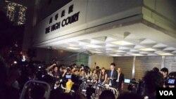 大批中外傳媒在香港高等法院外採訪梁頌恆、游蕙禎記者會。(美國之音特約記者湯慧雲攝)