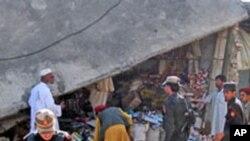 巴基斯坦安全人員星期五到達哈爾一個集市附近的爆炸現場