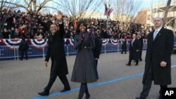 Michelle Obama memakai rok dan mantel rancangan Thom Browne untuk parade inaugurasi. (AP/The New York Times, Doug Mills)