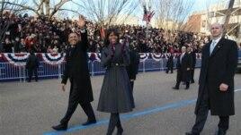 Michelle Obama memakai rok dan mantel rancangan Thom Browne untuk parade inaugurasi. (AP/The New York Times, Doug Mills)