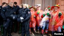 """Polisi menjaga pesta tradisional """"Weiberfastnacht"""" atau karnaval khusus perempuan di Mainz, Jerman Kamis (4/2)."""