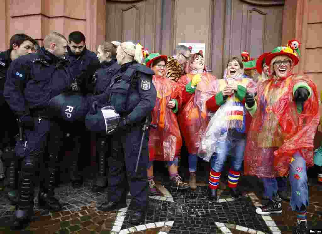 Polícia alemã atenta durante festividades carnavalescas na cidade de Mainz.