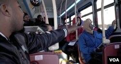 펜실베이니아 랭캐스터에 정착한 콩고 출신 난민 에불라 씨 가족이 시내 버스 타는 법을 배우고 있다.