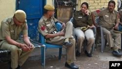 11일 인도 집단 성폭행 피고인 람 싱이 자살한 뉴델리감옥 인근을 지키는 경관들.