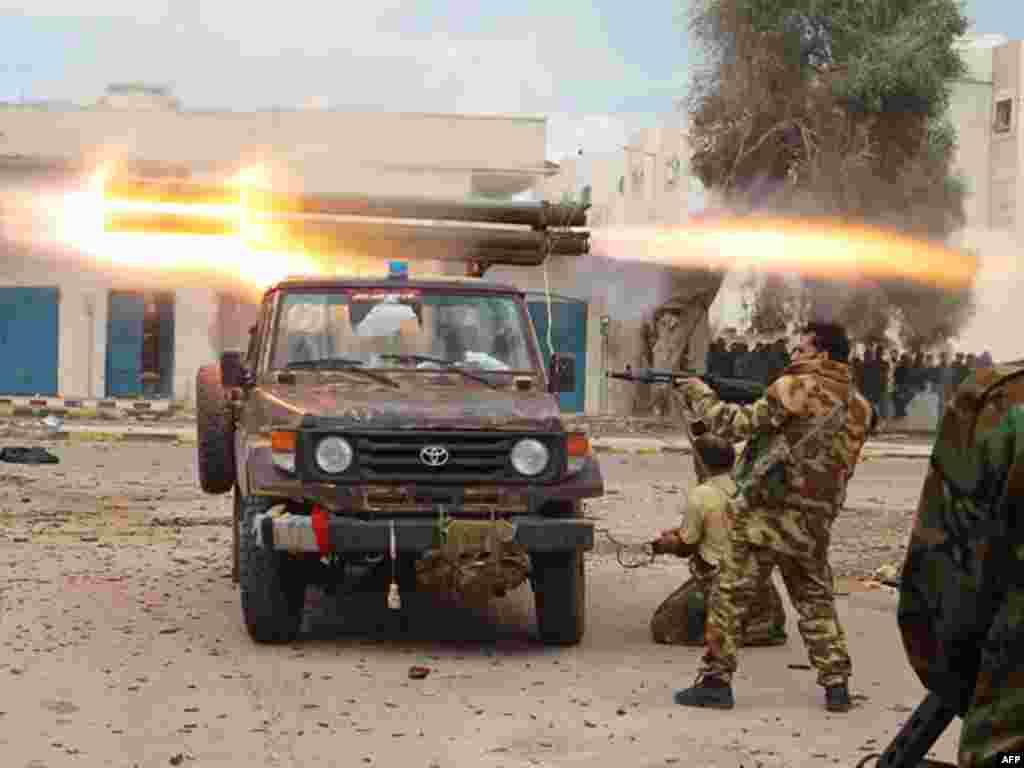 Một chiến binh chống Gadhafi bắn một tên lửa trong lúc đụng độ với lực lượng của Gadhafi tại Sirte ngày 11 tháng 10. Sau nhiều tuần lễ giao tranh, lực lượng của Hội Đồng Chuyển Tiếp Quốc Gia NTC đã chiếm được gần hết Sirte và dồn những phần tử trung thành