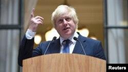 Menlu Inggris yang baru, Boris Johnson berbicara kepada para staf Kementerian Luar Negeri Inggris di London, Kamis (14/7).