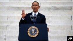 마틴 루터 킹 연설 50주년 기념 행사가 열린 28일 링컨기념관 앞에서 바락 오바마 미국 대통령이 연설하고 있다.