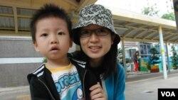 住在屯門的香港家長鄧小姐帶同兩歲的兒子到屯門區內的幼稚園報名入學 (湯惠芸攝)