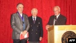 Момент вручения награды. Слева направо – Валерий Гергиев, Дональд Кендалл и Томас Шворц