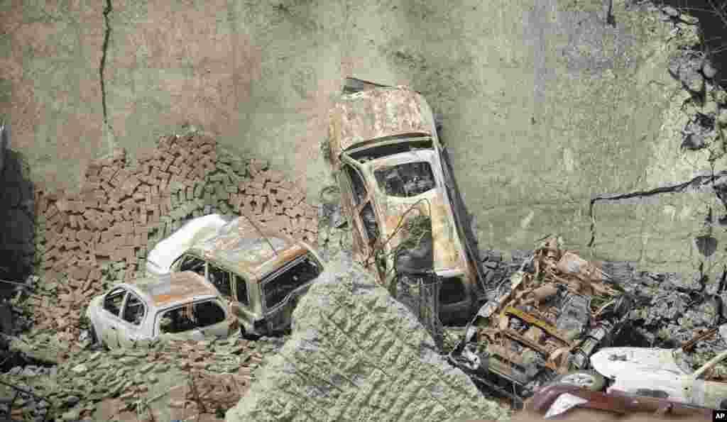 26일 케냐 나이로비의 쇼핑몰 테러 현장에서 무너진 주차장 더미에 자동차들이 묻혀있다.미국 연방수사국 요원들도 이 날 현장에서 희생자 수색과 감식 작업을 지원했다.
