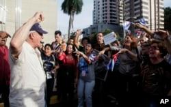 A man shouts slogans against Cuban pro-government supporters outside the Vasco Nunes De Balboa Convention Center in Panama City, April 8, 2015.