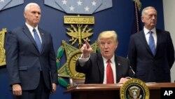 Arhiva - Predsednik Donald Tramp, u centru, potpisuje dve uredbe u Pentagonu u Vašingtonu, 27. januara 2017 u prisustvu porpedsednika Majka Pensa (levo) i sekretara za odbranu Džejmsa Matisa (desno).