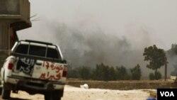 Asap mengepul dari dekat posisi pemberontak Libya di Zlitan, di pinggiran Misrata sebelah berat.