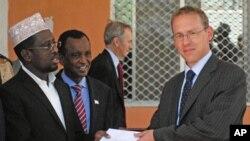 Suikast girişiminden sağ kurtulan Somali devlet Başkanı Şeyh Ahmed İngiliz büyükelçisi ile..