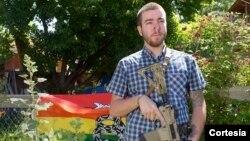 Pink Pistols fue creado en el año 2000, como respuesta a una serie de incidentes violentos, como el asesinato del estudiante gay Matthew Shepard en Wyoming.