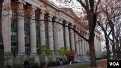 Harvard ha prohibido el programa en sus instalaciones desde hace 41 años, durante protestas por la Guerra de Vietnam.