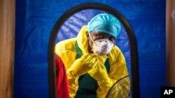Un trabajador de la salud se coloca el traje protector antes de ingresar a un centro de tratamiento de ébola en en Freetown, Sierra Leona.