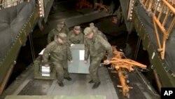 Ảnh của Bộ Quốc phòng Nga cho thấy các binh sĩ nước này đang vận chuyển vũ khí lên máy bay tại căn cứ Hemeimeem ở Syria ngày 15/3/2016. Bộ Quốc phòng Nga nói sẽ có thêm nhiều máy bay của Nga rời khỏi Syria hôm 16/3/2016.