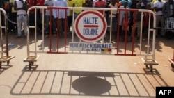 Des Maliens et Guinéens à la douane de Kourémalé, à la frontière des deux pays, le 17 novembre 2014.