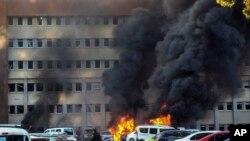 Cảnh sát ở hiện trường vụ đánh bom xe tại tòa nhà chính phủ miền nam Adana, Thổ Nhĩ Kỳ, ngày 24/11/2016.