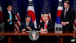 2018年9月24日特朗普和韩国总统文在寅在纽约美韩自由贸易协定签字仪式上