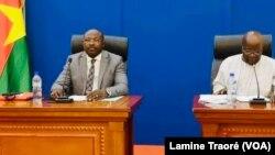"""Eddie Komboigo, chef de file de l'opposition et Simon Compaoré, président du Mouvement du peuple pour le progrès (MPP), parti au pouvoir, lors du """"Dialogue politique"""", à Ouagadougou, le 30 juin 2021 (VOA/Lamine Traoré)"""