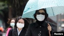 在台北的台大醫院外面行人戴口罩