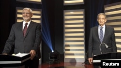 Calon Presiden Mesir Amr Moussa (kanan) dan Abdel Moneim Abol Fotouh dalam debat calon Presiden Mesir di Kairo (10/5).
