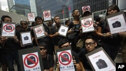 Photo journalists hold placards read, 'Pictures tell the truth,' during a protest outside the government headquarters in Hong Kong, August 20, 2011 (file photo)