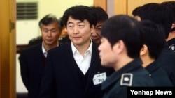 한국 대법원 전원합의체는 22일 내란음모·내란선동 혐의 등으로 구속기소된 이석기 전 통합진보당 의원에게 징역 9년을 선고한 원심을 확정했다. 사진은 지난해 2월 수원지법에서 열린 공판에 참석한 이석기 전 의원. (자료사진)