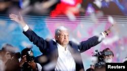 Umukandida mu Mwanya wa Perezida Andres Manuel Lopez Obrador ashikiriza ijambo inyuma y'aho amatora arangiye, muri Mexico City, Mexique Itariki 2/07/2018.