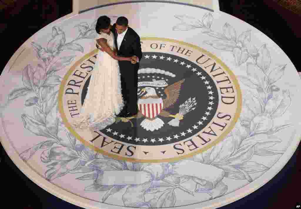Tổng thống Obama khiêu vũ cùng Ðệ nhất Phu nhân Michelle trong đêm Dạ vũ nhậm chức tại Viện Bảo tàng Xây dựng Quốc gia ở Washington, ngày 20/1/2009.