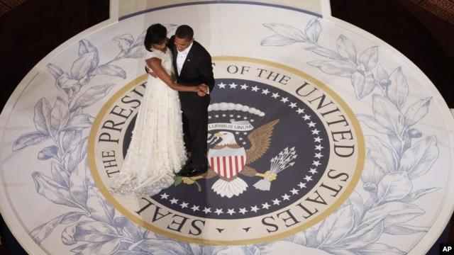 Presiden AS Barack Obama dan ibu negara Michelle Obama berdansa pada salah satu pesta perayaan pelantikan presiden pada 2009. (Foto: Dok)
