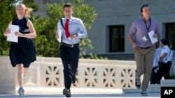 Peserta magang berlari di lapangan Mahkamah Agung di Washington, 29 Juni 2015.