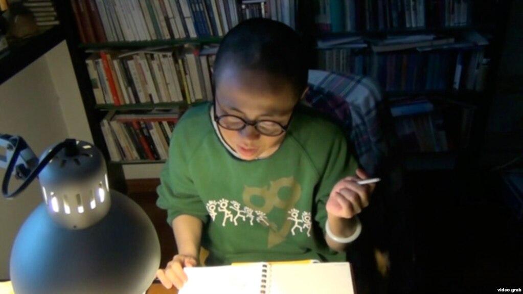 刘霞在家中念诗