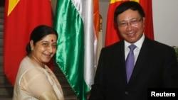 印度外長斯瓦拉杰會晤越南副總理范平明(右)