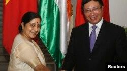 印度外长斯瓦拉杰会晤越南副总理范平明(右)