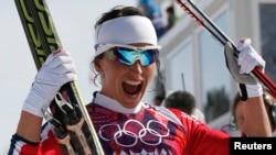 2014年2月22日的索契冬奥会,挪威女选手比约根在女子越野滑雪30公里的比赛后欢呼得冠。