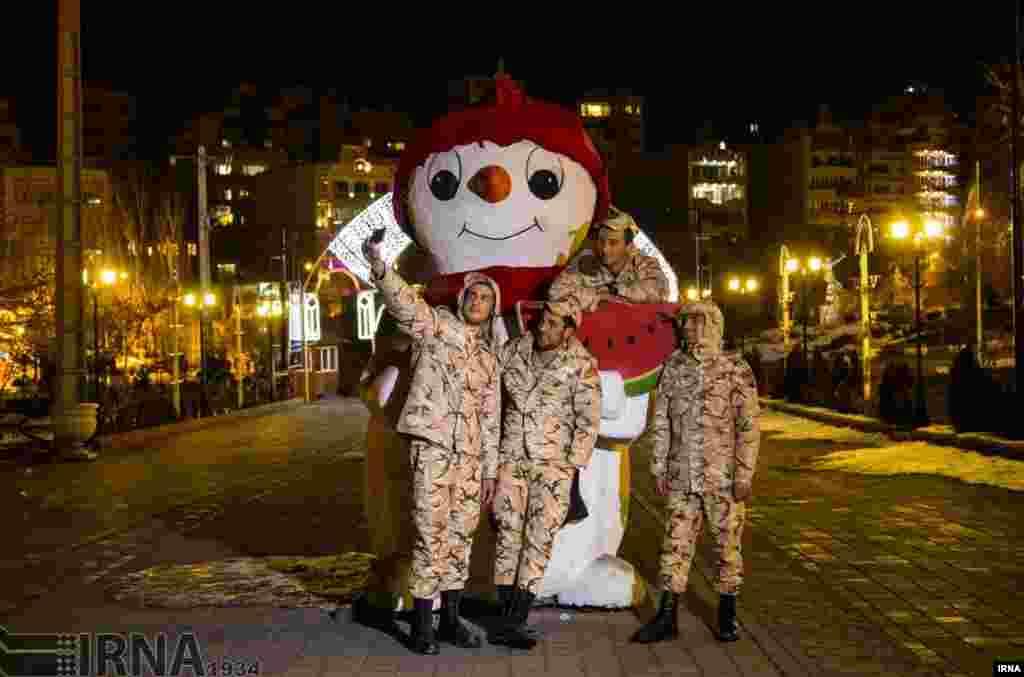 در حاشیه ائل گلی (شاهگلی) از مهمترین مکان های گردشگری تبریز، این سربازها عکس یادگاری می گیرند. عکس: مرتضی امین الرعایائی