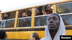 Estudiantes de Price Middle School salen del establecimiento luego que la policía controlara la situación.