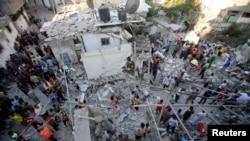 巴勒斯坦营救人员搜寻幸存者