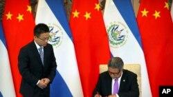 Ngoại trưởng El Salvador Carlos Castaneda tại lễ ký thiết lập quan hệ ngoại giao với Trung Quốc